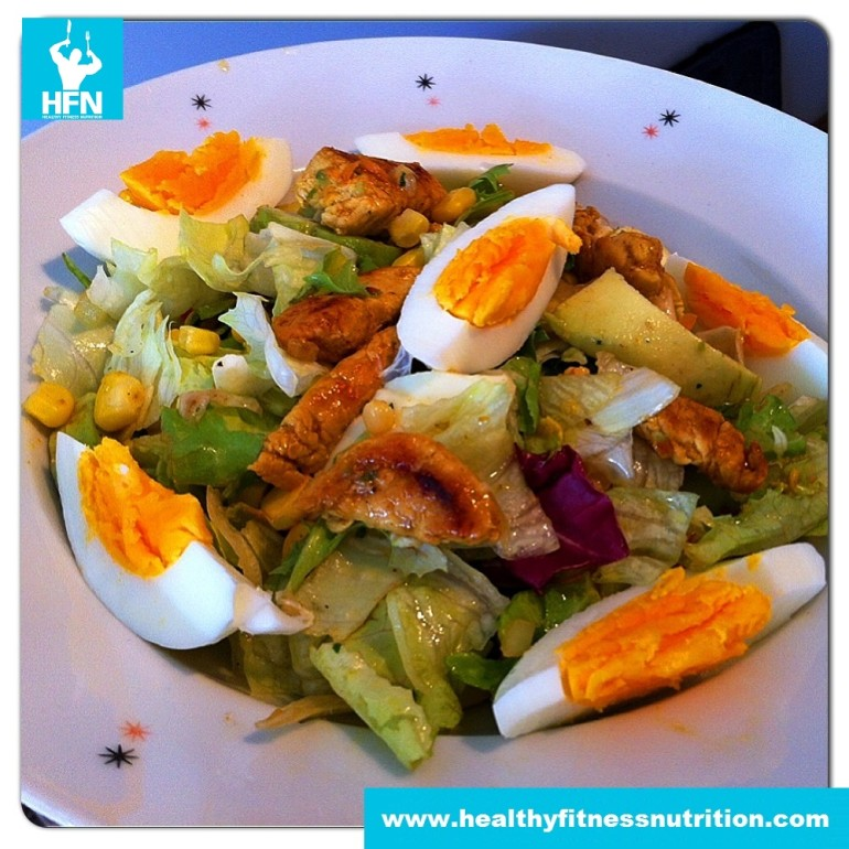 Low-Carb Curry Hühnersalat mit Avocado und Ei